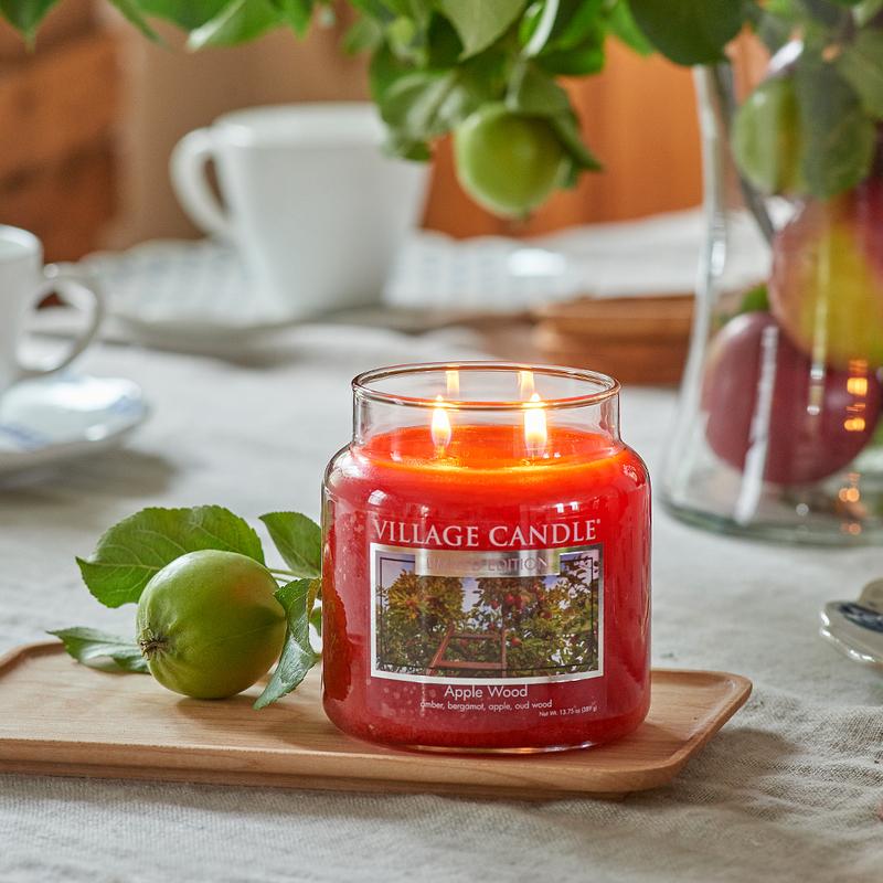 Village Candle Střední vonná svíčka ve skle Apple Wood 397g - Jabloňové dřevo