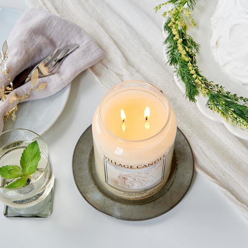 Village Candle Malá vonná svíčka ve skle Dolce Delight 262g - Sametové potěšení